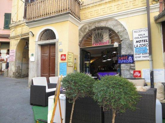 Hotel La Zorza: Sitting area outside