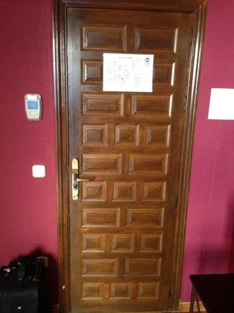 Imperial Hotel Toledo: nice antique wooden door