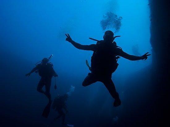 Bahama Divers: Blue Hole