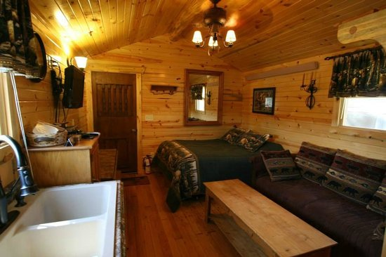 Restmore Inn: Bear's Den Cabin bed and sitting area