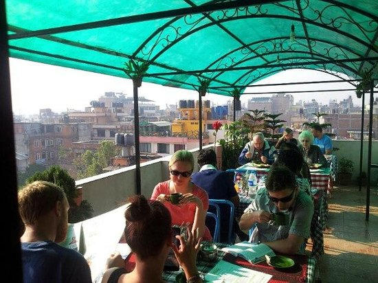 OYO 11477 Backyard Hotel: Roof top resturent