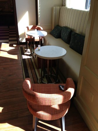 Hampton Inn & Suites Albany Airport: Breakfast area with candles