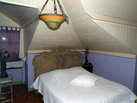 Les Petits Saints: Bed room