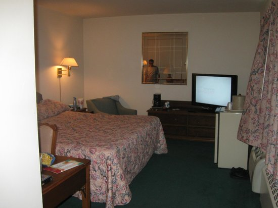 Inn of Rosslyn: large t.v./and big room/big bed