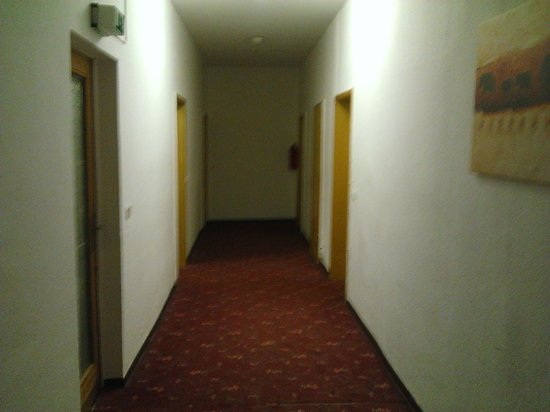 Hotel Spiegel Garten: The corridor leading to our room.