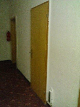 Hotel Spiegel Garten: A door which wasn't attached correctly.