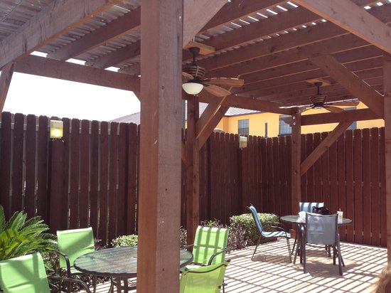 Holiday Inn Express Hotel & Suites Bastrop: Patio