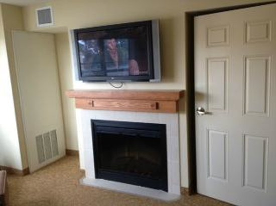 Country Inn & Suites By Carlson, Grand Forks: TV & fireplace