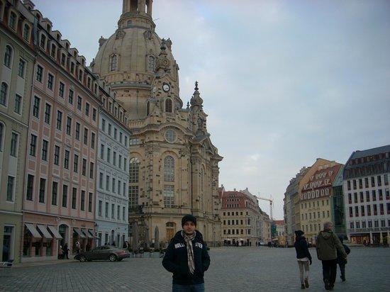 Hilton Dresden Hotel: Praça na esquina do hotel.