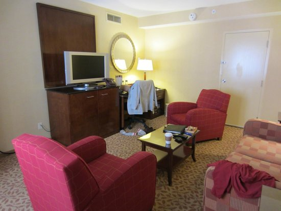 San Mateo Marriott San Francisco Airport: The sitting room nearest to the corridor