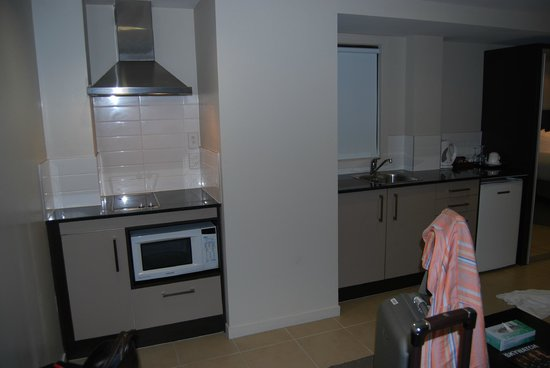 Auckland City Hotel-Hobson St: Kitchenette