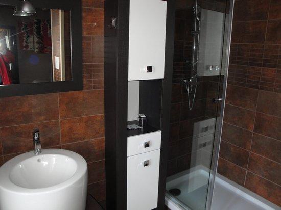 Hotel Restaurant de la Basilique : Bath in room #355