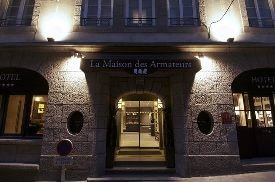 La Maison des Armateurs : Entrance to the hotel at night