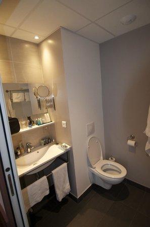 La Maison des Armateurs : Bathroom facilities (Room 405)