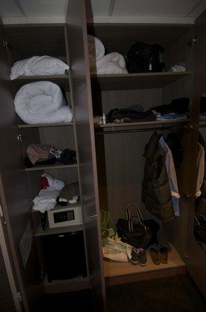 La Maison des Armateurs : Wardrobe & storage facility (inc. safe)