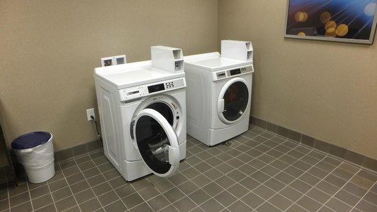 Hampton Inn & Suites Greensboro / Coliseum Area : Laundry Room