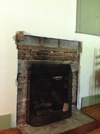 Shaker Meadows Bed and Breakfast : Exposed fireplace with unfinished sheetrock around it