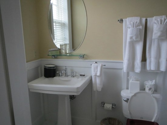 Boone Tavern Hotel: Bath with jetted tub