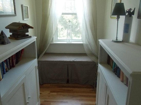 Ye Olde Manor House Bed and Breakfast: Reading Nook