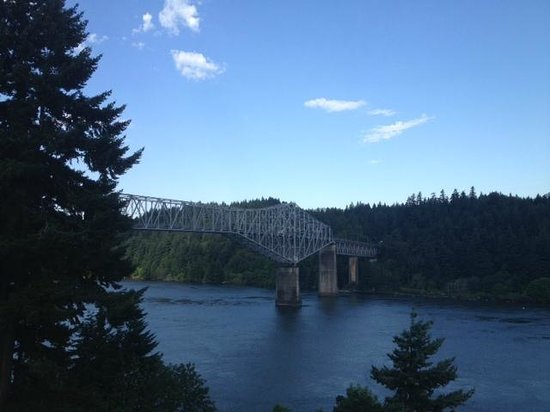 Best Western Plus Columbia River Inn: Bridge of the Gods from our balcony