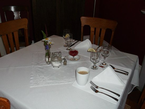 Benjamin F. Packard House: Crisp white table linens