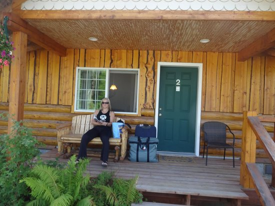 Denali Fireside Cabins & Suites : Our front porch with glider