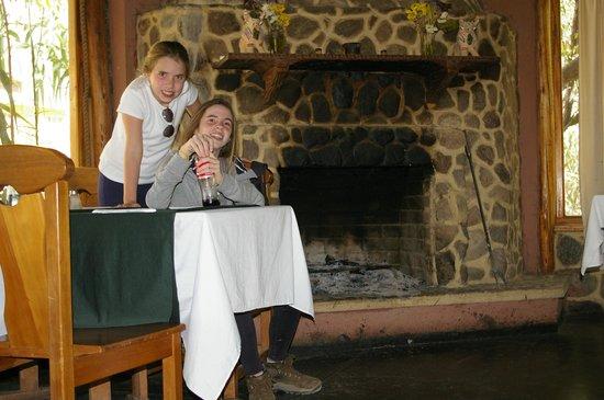 Mayupata : Mesa próxima a boca da lareira. Impagável em dias frios.