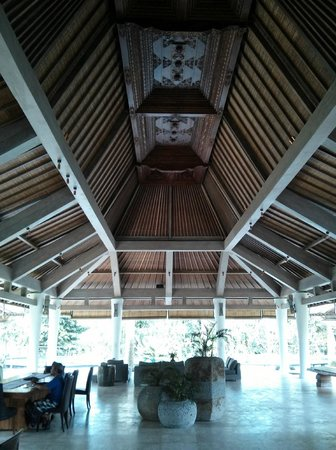Pandawas Villas: Carved roof at Reception
