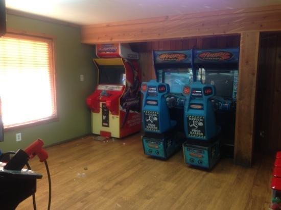 The Pizza Barn : small arcade inside