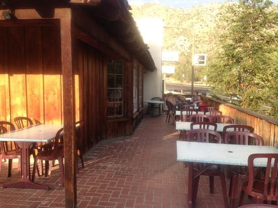The Pizza Barn: outdoor seating