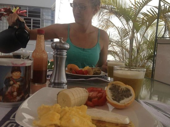 Casa Estudio Su Casa Colombia: Enjoying a Colombian breakfast on the roof deck!