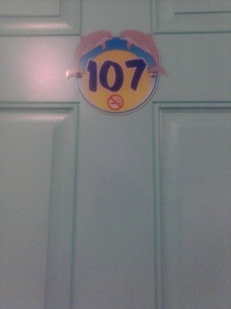 Dolphin Inn : the door and room number we stayed at
