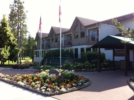 Meadow Lake Resort: the entrance has lovely flowers, a rock water course and beautiful trees!