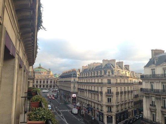 Hotel Edouard 7: バルコニーからのオペラ座