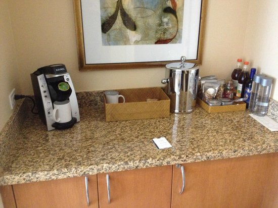 Hotel Amarano Burbank: View of mini Bar/Coffee Area
