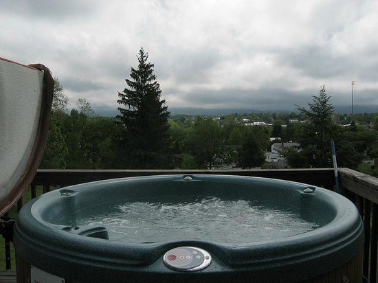 MayneView Bed & Breakfast: The Hot Tub!