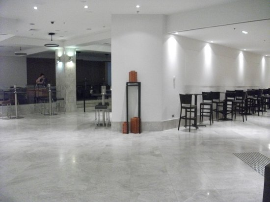 Mercure Sydney International Airport: Foyer, no where to use your free 30 min internet