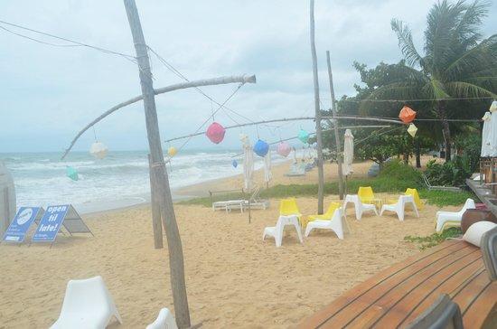 Rory's Beach Bar: on the beach but hazy mist in june