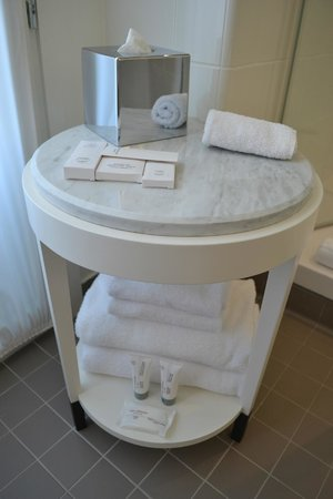 Hotel Carlton Lyon - MGallery Collection: Small table in bathroom