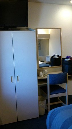 Microtel Inn & Suites by Wyndham Clear Lake: Work Area and Closet by Jets Like Taxis