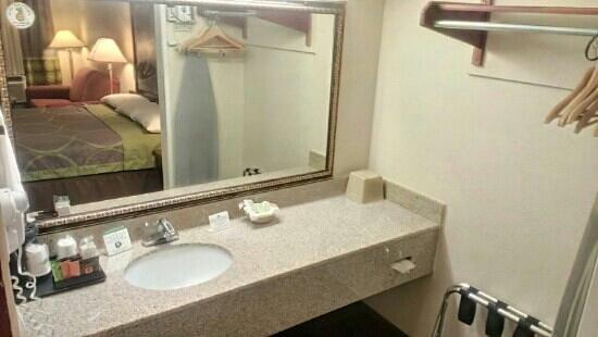 Super 8 Ukiah : large mirror