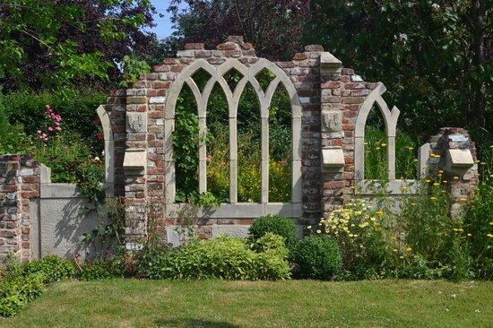 Capel Manor Gardens: Gothic ruins