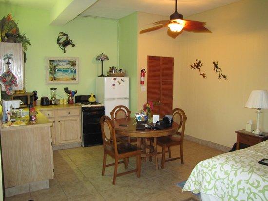 Serendip Vacation Condos: Kitchen & dining area