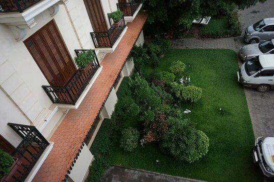 Steung Siemreap Hotel: 窓から入り口近辺を見下ろす