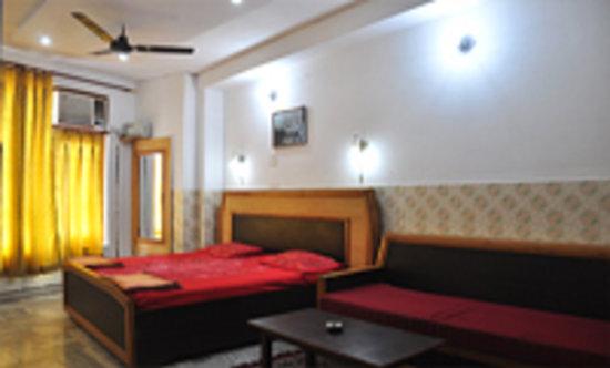 Ellora Guest House: triple bed ac