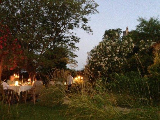 L'Artemise : tables du jardin