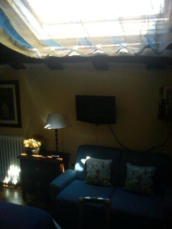 HOTEL MAR DEL SUEVE: Habitación del ático abuardillada; muy bonita