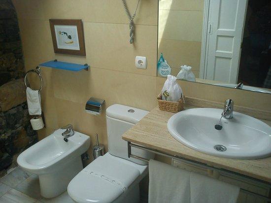 HOTEL MAR DEL SUEVE: Cuarto de baño limpio y completo