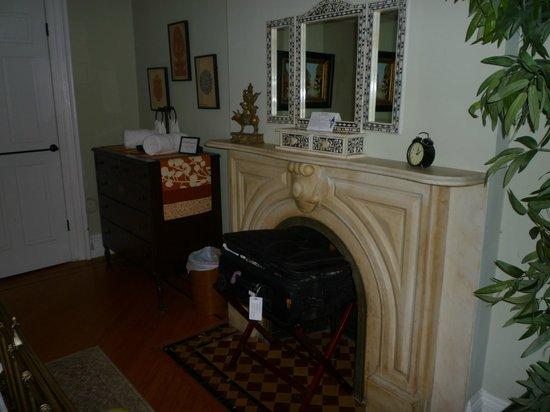 Lefferts Manor Bed & Breakfast : fireplace main bdrm