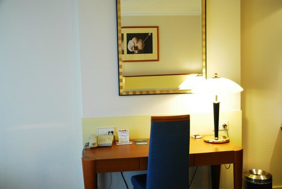Dorint Airport Hotel Amsterdam: desk area
